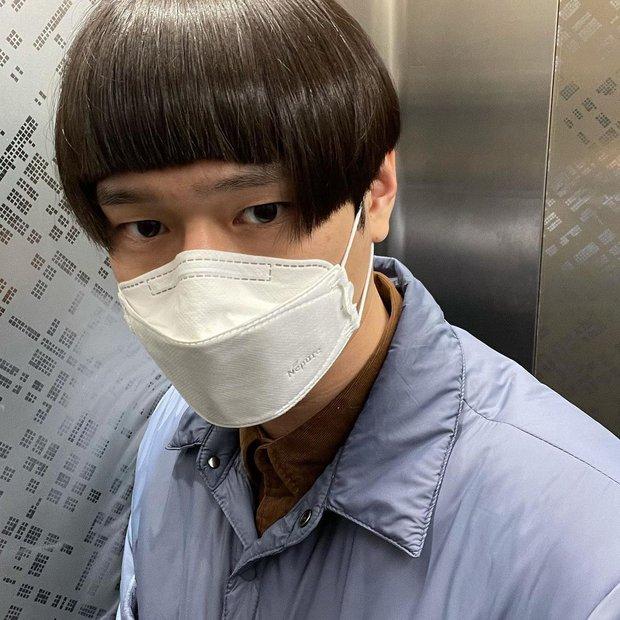 Mùa dịch nam thần Go Kyung Pyo (Reply 1988) tự hủy với quả đầu gáo dừa, chụp 7749 kiểu khiến netizen thảng thốt: Lạy hồn! - Ảnh 3.