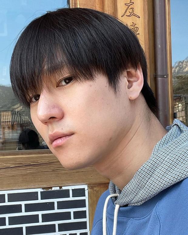 Mùa dịch nam thần Go Kyung Pyo (Reply 1988) tự hủy với quả đầu gáo dừa, chụp 7749 kiểu khiến netizen thảng thốt: Lạy hồn! - Ảnh 6.