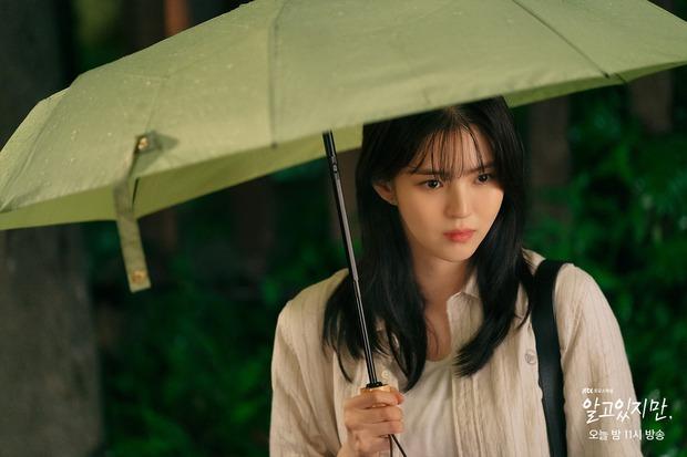 Na Bi (Han So Hee) bị ném đá tơi tả ở Nevertheless: Đừng nghĩ chọn nam chính hay nam phụ nữa, chị chẳng xứng với ai! - Ảnh 1.
