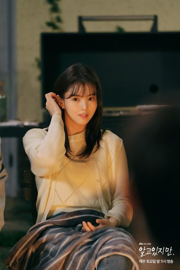 Na Bi (Han So Hee) bị ném đá tơi tả ở Nevertheless: Đừng nghĩ chọn nam chính hay nam phụ nữa, chị chẳng xứng với ai! - Ảnh 2.