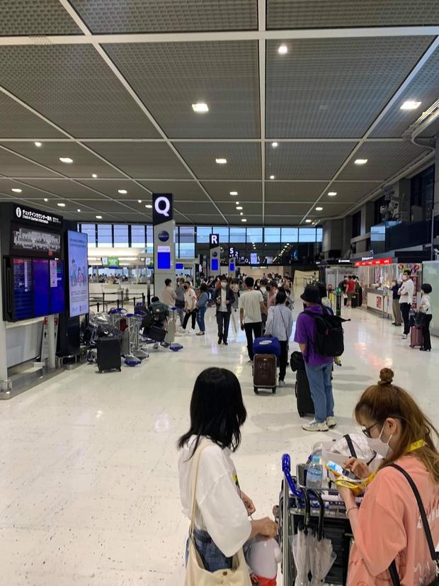 Hình ảnh tại sân bay đưa tro cốt nam thanh niên người Việt bị sát hại tại Nhật Bản trở về quê hương gây xúc động - Ảnh 2.