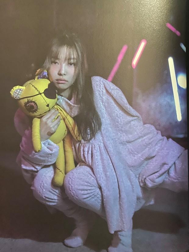 Bộ ảnh chưa từng công bố của BLACKPINK: Jisoo hoá bad girl kèn cựa Lisa, cô gái chằm kẽm Jennie gây thương nhớ - Ảnh 6.