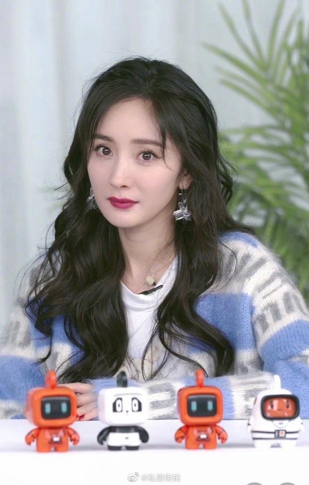 Hot nhất Weibo tối nay: Dương Mịch hack tuổi thần sầu với visual như gái 18, thế này thì đàn em chạy dài cũng chẳng đuổi kịp - Ảnh 2.