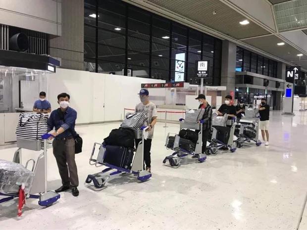 Hình ảnh tại sân bay đưa tro cốt nam thanh niên người Việt bị sát hại tại Nhật Bản trở về quê hương gây xúc động - Ảnh 3.