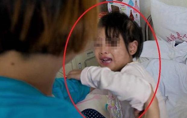 Cháu gái đang ngủ đột nhiên khóc lớn giữa đêm, bà nội dỗ dành, sáng hôm sau giấu con trai báo thẳng cho cảnh sát - Ảnh 1.