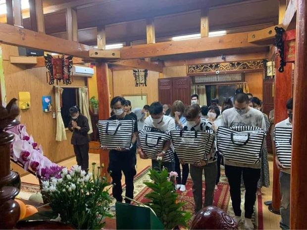 Hình ảnh tại sân bay đưa tro cốt nam thanh niên người Việt bị sát hại tại Nhật Bản trở về quê hương gây xúc động - Ảnh 5.