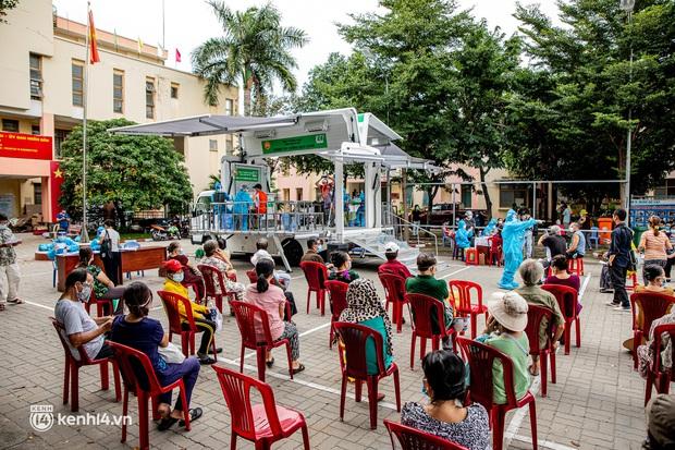 """Người già, khuyết tật ở Sài Gòn chia sẻ xúc động sau khi xe tiêm chủng đến tận nơi tiêm vaccine Covid-19: """"Tôi chờ mãi, nay đã được tiêm rồi"""" - Ảnh 4."""