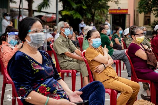 """Người già, khuyết tật ở Sài Gòn chia sẻ xúc động sau khi xe tiêm chủng đến tận nơi tiêm vaccine Covid-19: """"Tôi chờ mãi, nay đã được tiêm rồi"""" - Ảnh 5."""