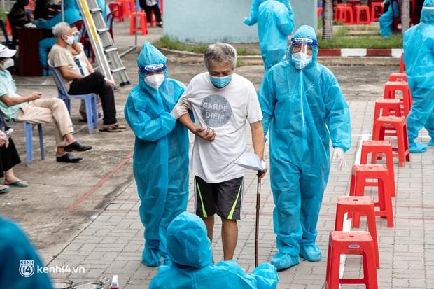"""Người già, khuyết tật ở Sài Gòn chia sẻ xúc động sau khi xe tiêm chủng đến tận nơi tiêm vaccine Covid-19: """"Tôi chờ mãi, nay đã được tiêm rồi"""" - Ảnh 7."""
