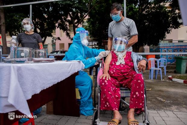 """Người già, khuyết tật ở Sài Gòn chia sẻ xúc động sau khi xe tiêm chủng đến tận nơi tiêm vaccine Covid-19: """"Tôi chờ mãi, nay đã được tiêm rồi"""" - Ảnh 10."""