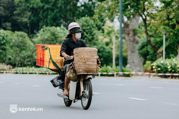 Theo chân Lâm Ống Húc trên những nẻo đường Sài Gòn trao tặng những yêu thương - Ảnh 9.