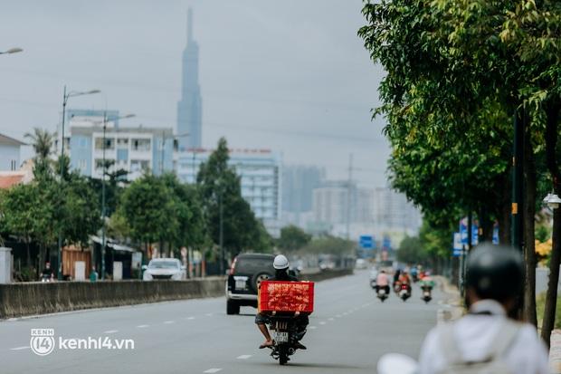 Theo chân Lâm Ống Húc trên những nẻo đường Sài Gòn trao tặng những yêu thương - Ảnh 10.