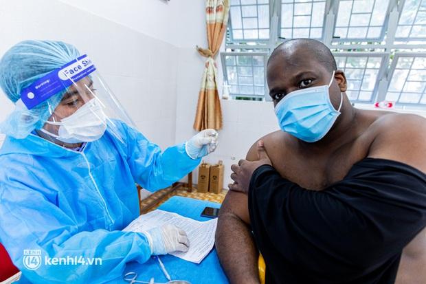 Ảnh: Người dân TP.HCM hào hứng xếp hàng chờ đợi tiêm vắc xin Sinopharm - Ảnh 9.