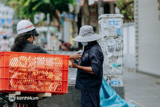 Theo chân Lâm Ống Húc trên những nẻo đường Sài Gòn trao tặng những yêu thương - Ảnh 15.