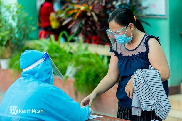 Ảnh: Người dân TP.HCM hào hứng xếp hàng chờ đợi tiêm vắc xin Sinopharm - Ảnh 11.