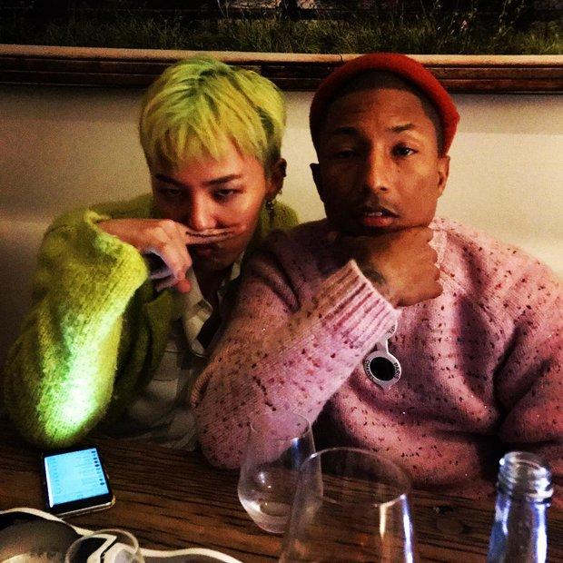 Khung hình gây nổ của sao Hàn và quốc tế: BTS - G-Dragon toàn bạn khủng, ghen tị vì Justin hôn Dara, Loki thân mật với Tiffany - Ảnh 20.