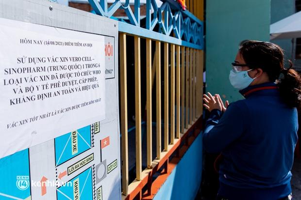 Ảnh: Người dân TP.HCM hào hứng xếp hàng chờ đợi tiêm vắc xin Sinopharm - Ảnh 15.