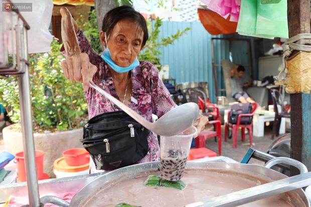 Cụ Hường 25 năm bán chè nuôi con ở Sài Gòn, nổi tiếng với tấm bảng xin quý khách vui lòng nói giúp đã qua đời vì COVID-19 - Ảnh 2.