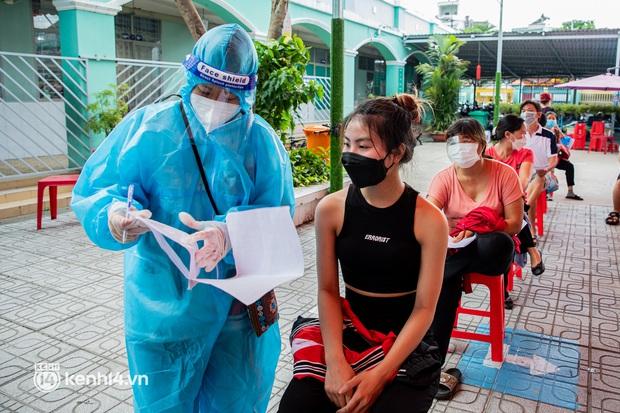Ảnh: Người dân TP.HCM hào hứng xếp hàng chờ đợi tiêm vắc xin Sinopharm - Ảnh 3.