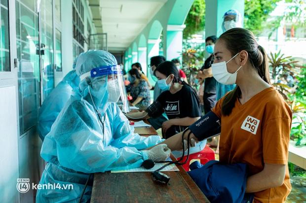 Ảnh: Người dân TP.HCM hào hứng xếp hàng chờ đợi tiêm vắc xin Sinopharm - Ảnh 7.