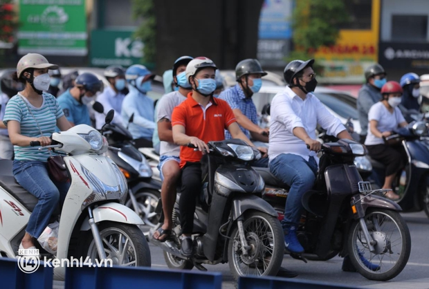Đường phố Hà Nội tấp nập ngày đầu tuần dù đang giãn cách xã hội theo Chỉ thị 16 - Ảnh 2.