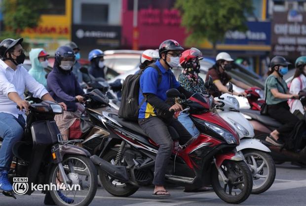 Đường phố Hà Nội tấp nập ngày đầu tuần dù đang giãn cách xã hội theo Chỉ thị 16 - Ảnh 1.