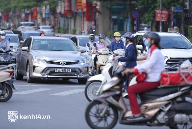 Đường phố Hà Nội tấp nập ngày đầu tuần dù đang giãn cách xã hội theo Chỉ thị 16 - Ảnh 5.