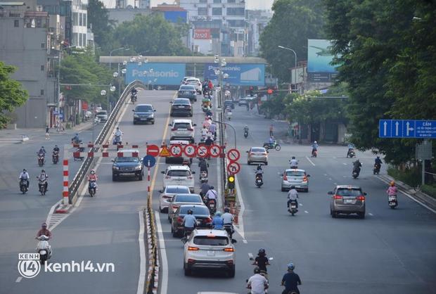 Đường phố Hà Nội tấp nập ngày đầu tuần dù đang giãn cách xã hội theo Chỉ thị 16 - Ảnh 7.