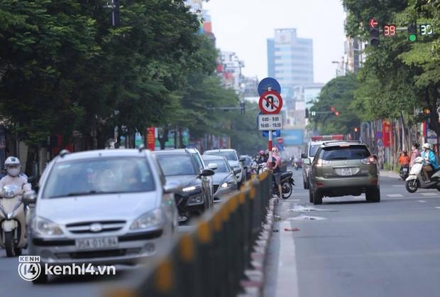Đường phố Hà Nội tấp nập ngày đầu tuần dù đang giãn cách xã hội theo Chỉ thị 16 - Ảnh 9.