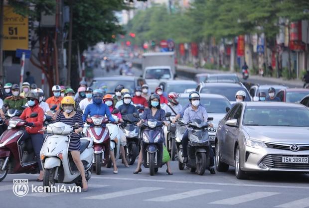 Đường phố Hà Nội tấp nập ngày đầu tuần dù đang giãn cách xã hội theo Chỉ thị 16 - Ảnh 3.