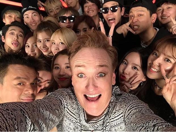 Khung hình gây nổ của sao Hàn và quốc tế: BTS - G-Dragon toàn bạn khủng, ghen tị vì Justin hôn Dara, Loki thân mật với Tiffany - Ảnh 12.
