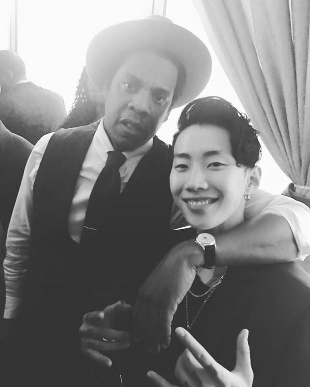 Khung hình gây nổ của sao Hàn và quốc tế: BTS - G-Dragon toàn bạn khủng, ghen tị vì Justin hôn Dara, Loki thân mật với Tiffany - Ảnh 14.