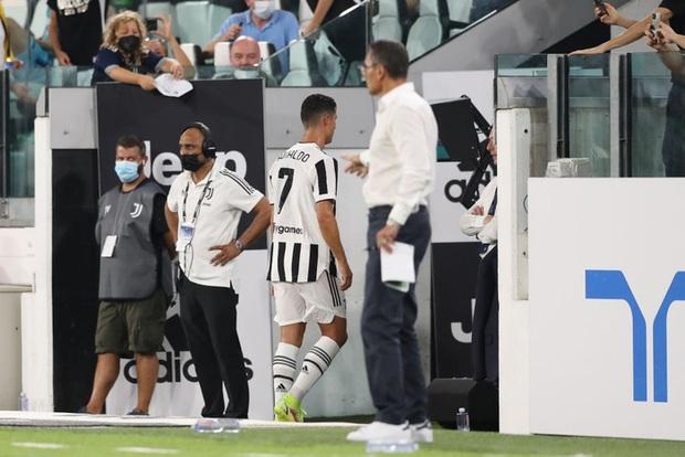 Ronaldo bất ngờ bị fan chỉ trích thậm tệ, đòi đuổi khỏi CLB sau khi thực hiện một việc mà bất kỳ cầu thủ nào cũng làm - Ảnh 3.