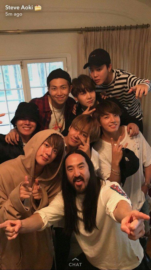 Khung hình gây nổ của sao Hàn và quốc tế: BTS - G-Dragon toàn bạn khủng, ghen tị vì Justin hôn Dara, Loki thân mật với Tiffany - Ảnh 6.