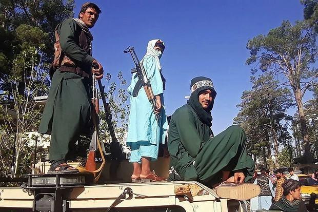 Thông tấn Nga đưa tin Tổng thống Afghanistan ra nước ngoài với trực thăng đầy ắp tiền - Ảnh 5.