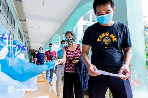 Ảnh: Người dân TP.HCM hào hứng xếp hàng chờ đợi tiêm vắc xin Sinopharm - Ảnh 16.