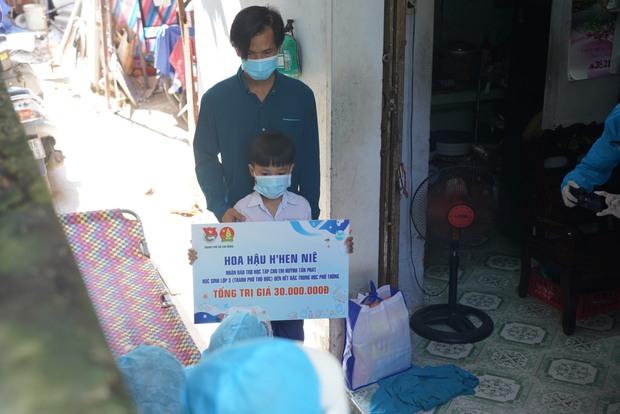 Hứa là làm HHen Niê đích thân đến tận nhà, công bố số tiền hỗ trợ học phí suốt 9 năm cho em bé có mẹ mất vì Covid-19 - Ảnh 4.