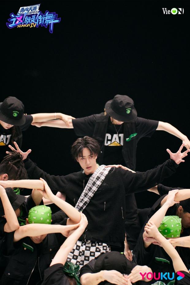 Visual lạnh lùng cực đỉnh của Vương Nhất Bác trên sàn đấu Street Dance Of China! - Ảnh 1.