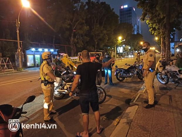 Ra đường sau 18h, người đàn ông nước ngoài quậy phá tại chốt kiểm soát dịch ở trung tâm TP.HCM - Ảnh 1.