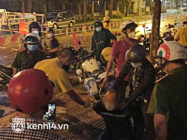 Ra đường sau 18h, người đàn ông nước ngoài quậy phá tại chốt kiểm soát dịch ở trung tâm TP.HCM - Ảnh 2.