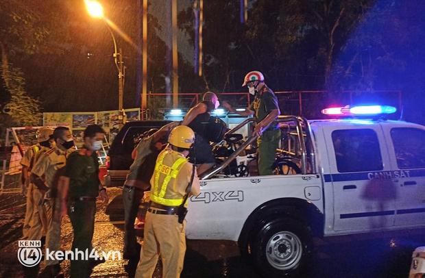 Ra đường sau 18h, người đàn ông nước ngoài quậy phá tại chốt kiểm soát dịch ở trung tâm TP.HCM - Ảnh 3.