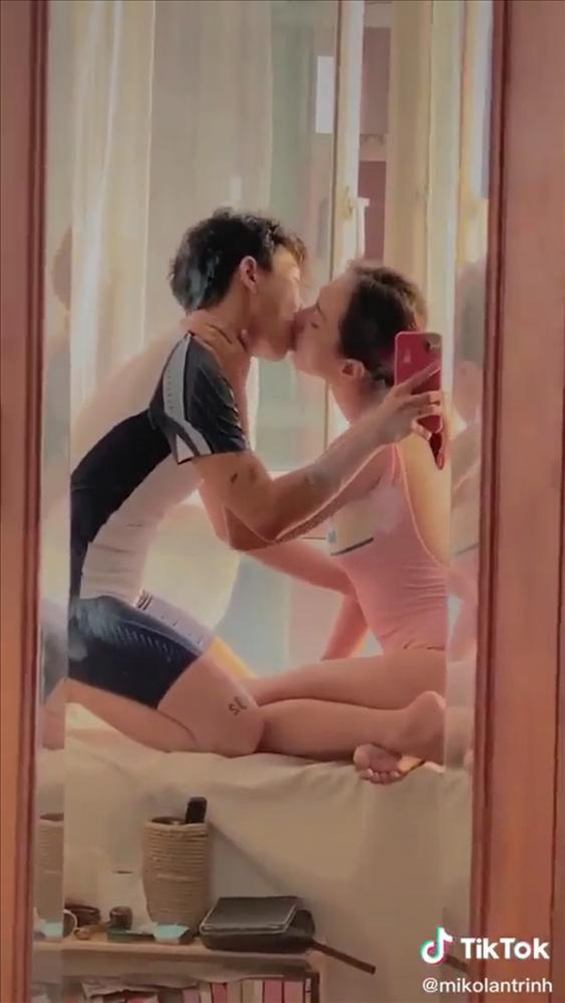 Một cặp đôi Vbiz gây sốc khi đăng ảnh giường chiếu đậm chất 18+, để lộ cả thân hình bán nude của đàng gái - Ảnh 3.
