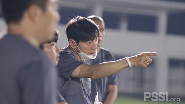 """Chứng kiến thầy Park có dàn trợ thủ hùng hậu, báo Indo thốt lên: """"HLV của chúng ta quá bất hạnh"""" - Ảnh 2."""