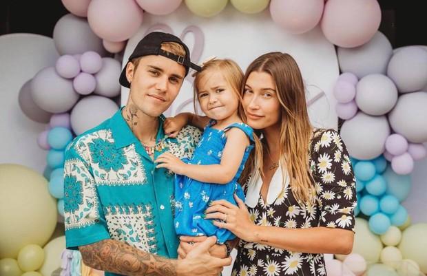 Justin Bieber về nhà chúc mừng sinh nhật em gái 3 tuổi: Cùng bà xã Hailey bế em mà dân tình rần rần vì nhìn giống 1 gia đình quá! - Ảnh 2.