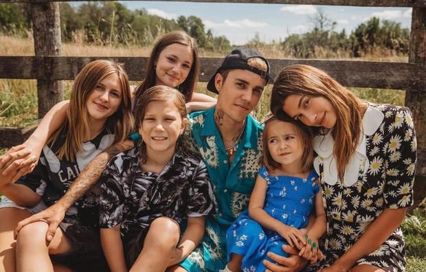 Justin Bieber về nhà chúc mừng sinh nhật em gái 3 tuổi: Cùng bà xã Hailey bế em mà dân tình rần rần vì nhìn giống 1 gia đình quá! - Ảnh 3.