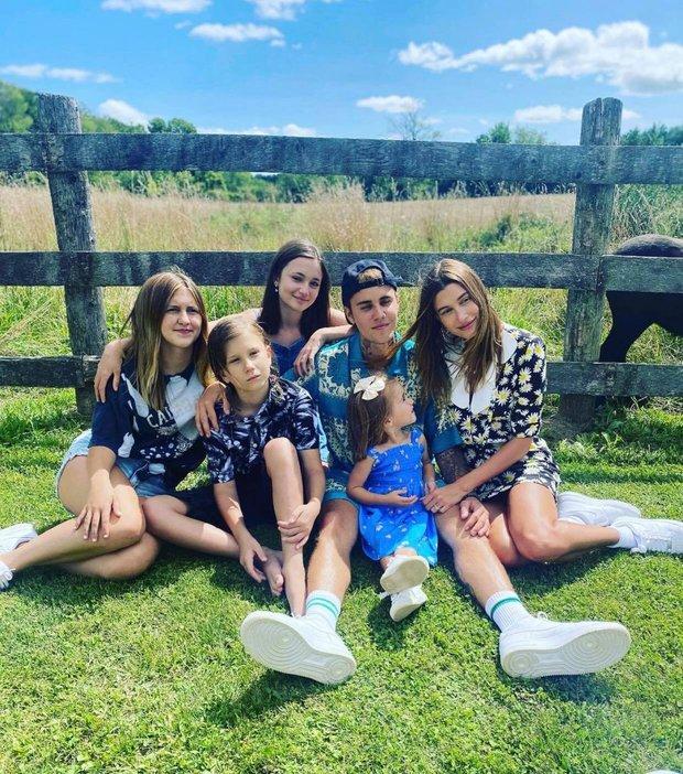 Justin Bieber về nhà chúc mừng sinh nhật em gái 3 tuổi: Cùng bà xã Hailey bế em mà dân tình rần rần vì nhìn giống 1 gia đình quá! - Ảnh 5.