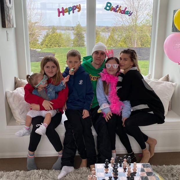 Justin Bieber về nhà chúc mừng sinh nhật em gái 3 tuổi: Cùng bà xã Hailey bế em mà dân tình rần rần vì nhìn giống 1 gia đình quá! - Ảnh 9.