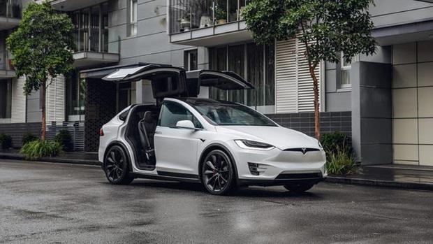 Quên đóng cánh chim ưng, Tesla Model X bung cửa khi đi ngược chiều xe bus - Ảnh 2.