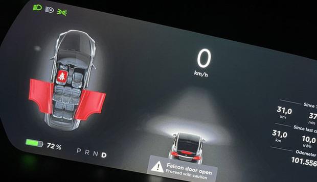 Quên đóng cánh chim ưng, Tesla Model X bung cửa khi đi ngược chiều xe bus - Ảnh 3.