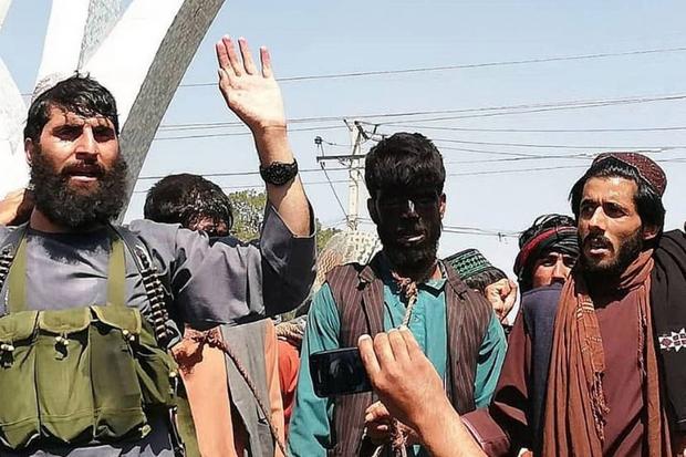 Sốc với cảnh 2 người đàn ông bị quấn thòng lọng trên cổ, dẫn đi diễu phố tại Afghanistan - Ảnh 1.